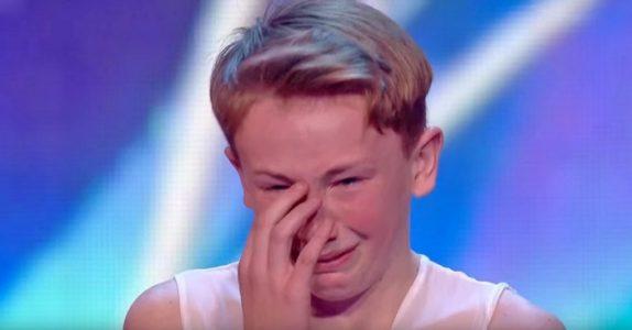 Gutten blir mobbet og kalt «homo» fordi han danser. Men så sier dommeren 4 ord som forandrer ALT!