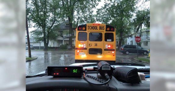Politibetjenten fulgte etter skolebussen over 10 kilometer. Så skrev hun en hyllest til sjåføren!