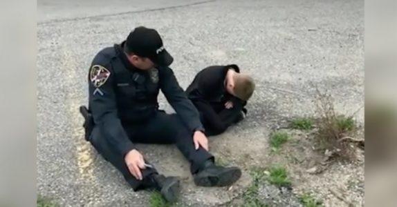 Politimannen sitter ved en autistisk gutt som har rømt. Så hvisker han 5 ord som rører alle!