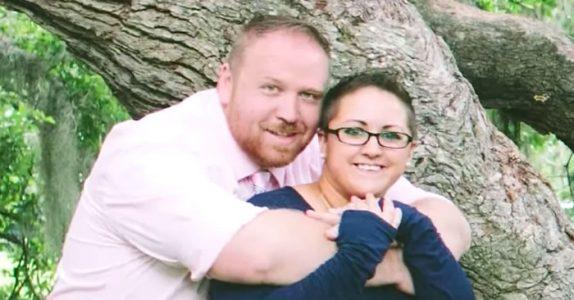 De ser ut som et helt normalt par. Men så snus kameraet til siden, og HELE den uvanlige familien vises!