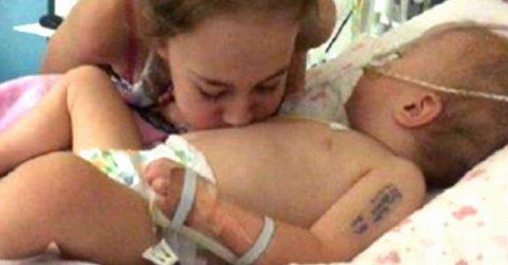 Jenta kiler sin døende lillesøster på magen. Så hører de noe som rører dem til tårer!