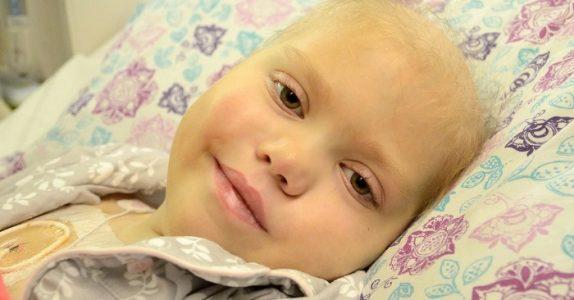 Foreldrene sier farvel til den kreftsyke datteren sin. Da åpner hun øynene og hvisker disse 8 ordene!