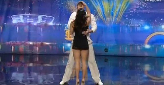 Plutselig stopper de brått opp på scenen. Men når hun SNUR seg igjen, viser hun det utenkelige!