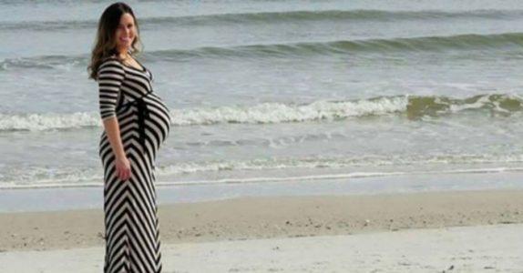 Den gravide kona poserer for kameraet på stranden. Men når mannen ser nærmere på bildet, skriker han høyt!