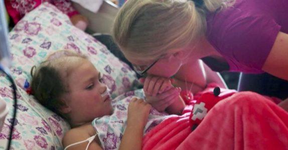 Foreldrene sier farvel til sin døende datter. Da sier hun åtte ord, som etterlater alle målløse!