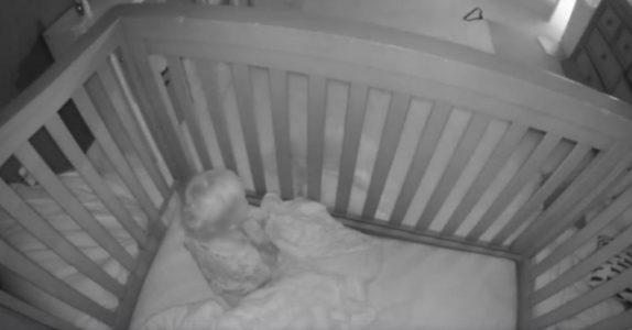 Foreldrene setter opp kamera på barnas soverom. Men det de oppdager tar pusten fra dem!