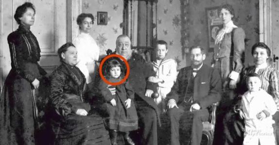 Foreldrene ser på det gamle bildet og stivner av skrekk. Det de ser er bare IKKE mulig!