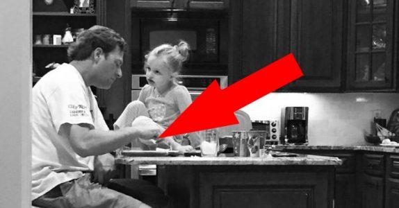 Moren kommer inn på kjøkkenet og ser dette. Bildet vil minne henne om dette øyeblikket for alltid!