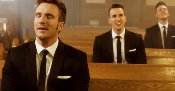 3 menn setter seg hver for seg i kirken. Men jeg får FRYSNINGER når han til venstre åpner munnen!