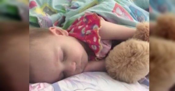 Mammaen ble lettet da datteren sovnet. Men når hun prøver å vekke henne senere, raser hele verden hennes sammen!