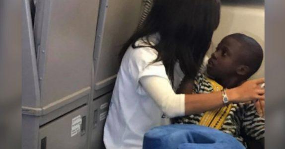 Den autistiske gutten fikk et utbrudd på flyet. Da gjorde en fremmed person det ingen andre våget!