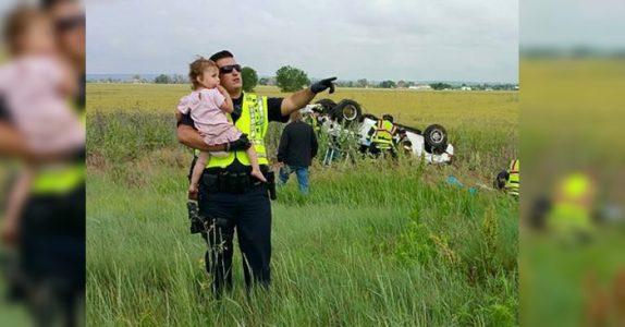 Pappaen døde i bilulykken. Da løfter politimannen opp den 2-årige datteren og gjør DETTE!