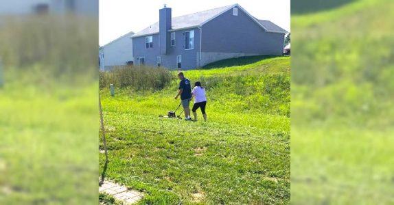 Den «late» mannen ser på at kona klipper gresset. Men sannheten bak bildet kan vi alle lære av!