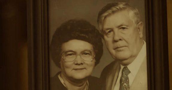 Etter at hans kone døde, fant denne mannen en gammel telefonbok. Med noe utrolig inni!