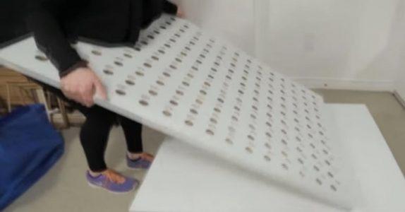 Hun borer 165 hull i en kryssfinerplate og henger den på veggen. Resultatet? Fantastisk!