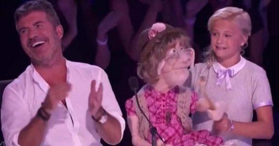 12-åringen tar med seg den gamle tanten sin på scenen. Da bryter juryen ut i latter!