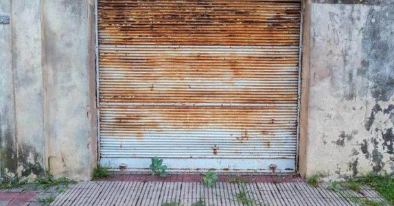 De hører lyden av en motorsag fra innsiden av garasjen. Men det mannen lager sjokkerer hele nabolaget!