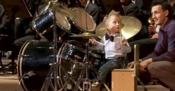 Denne 3-åringen ble født med trommestikker i hendene. Men SE når han leder et helt orkester!