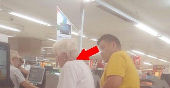 Mannen vet ikke at han blir fotografert. Det han gjør med den gamle damen foran i køen er UTROLIG!