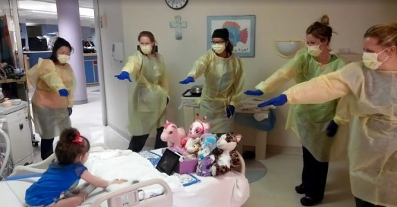 Den 3 år gamle jenta får ikke forlate sykehuset. Da gjøre sykepleierne noe som løfter hele taket!