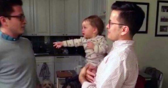 Pappaen introduserer sønnen for tvillingbroren sin. Nå har over 22 millioner sett den fantastiske reaksjonen!