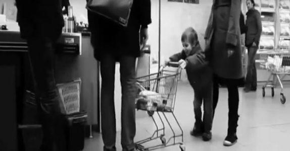 Barnet kjører handlevognen inn i personen foran i køen. Men VENT til du ser mannens reaksjon!