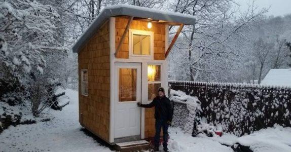 13-åringen bygger sitt eget hus for 12.000 kroner. Bli med inn i det 9 kvadratmeter store mesterverket!