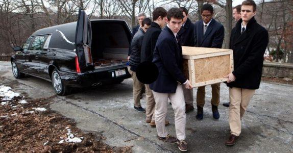 Guttene bærer en ensom manns kiste til graven. Så sier de 6 ord som gir alle frysninger!