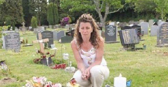 Den 4 år gamle guttens gravstein ble fjernet. Etter at en person klaget på at den var upassende!