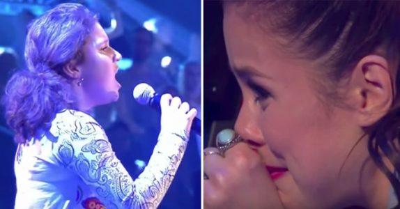 Hele salen blir stille når jenta avslører hva hun skal synge. Men få sekunder senere kommer tårene!