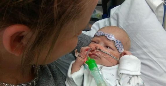 Sønnen ble født med en alvorlig hjertefeil. Nå ber moren hele Europa om hjelp!