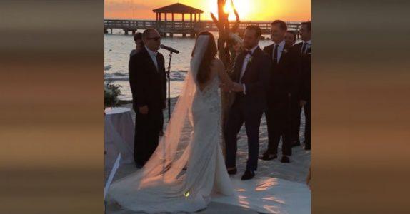 Brudens autistiske bror begynner å synge under vielsen. Da bryter brudeparet ut i tårer!