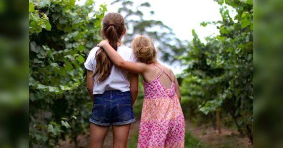 Ny studie sier at du bør takke søsteren din. Hun får deg nemlig til å føle deg bedre!