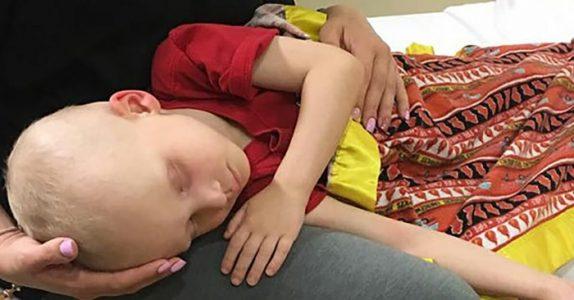 Mammaen tar et siste farvel med sin kreftsyke sønn. Da åpner han plutselig øynene og hvisker dette!