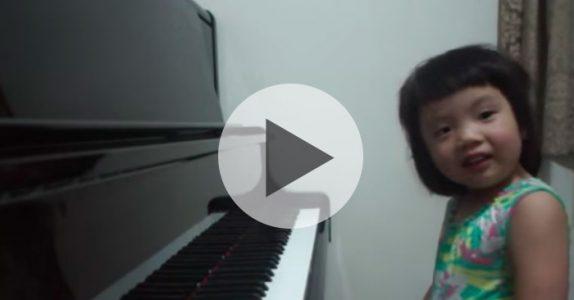 Mammaen spør om 3-åringen kan spille noe på pianoet. Det hun gjør da sjokkerer hele verden!
