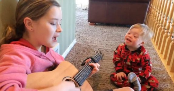 2-åringen har Down syndrom og kan knapt snakke. Men når søsteren begynner å SYNGE, skjer mirakelet!
