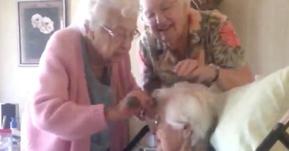 Barnebarnet filmer bestemoren og søstrene. Nå blir tusenvis rørt av det fantastiske videoklippet!