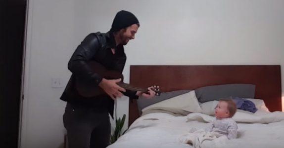 Pappaen synger en sang for datteren sin. Nå smelter reaksjonen hennes hjerter verden rundt!