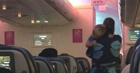 Barnet begynner plutselig å gråte ukontrollerbart på flyet. Da gjør flyvertinnen DETTE!