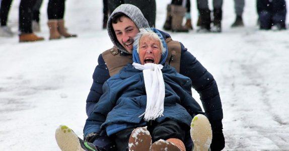86-åringen kaster seg ned bakken på akebrettet. Og jubler av lykke!