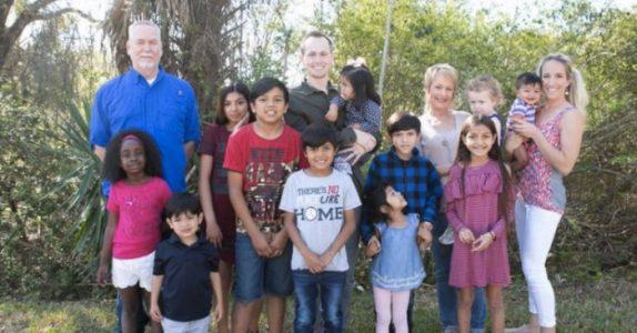 Familien adopterer 8 søsken. Så får de en sjokkerende nyhet fra den biologiske moren!