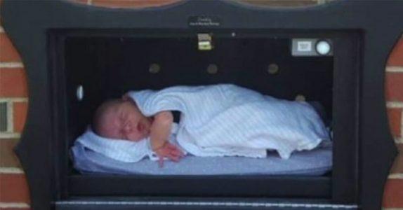 Mammaen legger babyen i en eske. Minutter senere får politiet en urovekkende melding!