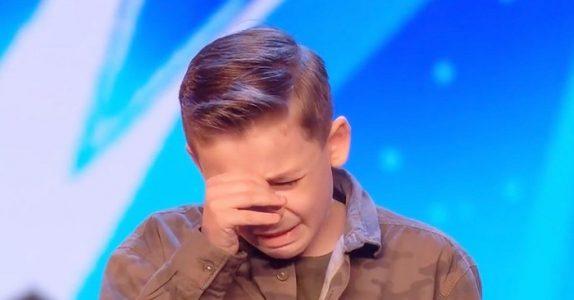 Den autistiske gutten imponerer alle med sangen sin. Så blir han rørt til tårer av juryens ord!