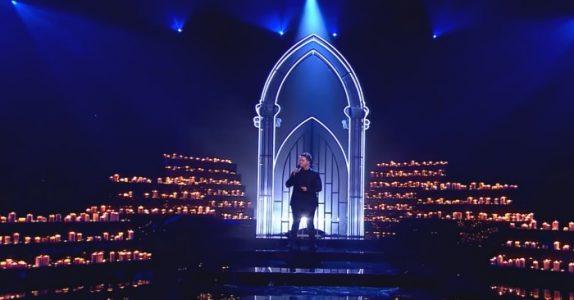 Mannen inntar scenen og begynner å synge «The Prayer». Etterlater alle tilskuerne målløse!
