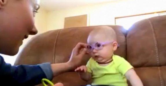 Mammaen setter brillene på babyen for første gang. Reaksjonen hennes smelter hjertet mitt!