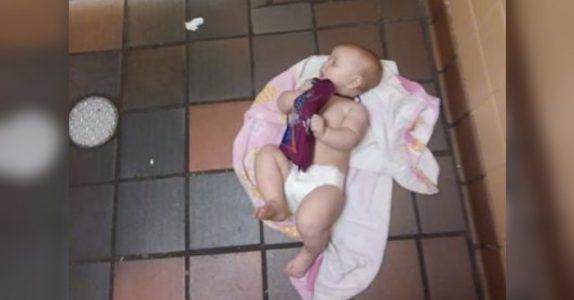 Faren tvinges til å legge den 8 måneder gamle datteren på toalettgulvet. Nå KREVER han forandring!