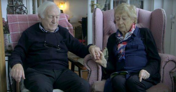 Den eldre kvinnen får ikke lenger til å sminke seg. Da gjør mannen hennes noe INGEN kunne forutse!