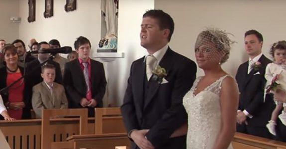 Brudgommen står ved alteret og venter på bruden. Så gjør han noe som får hele kirken til å gråte!