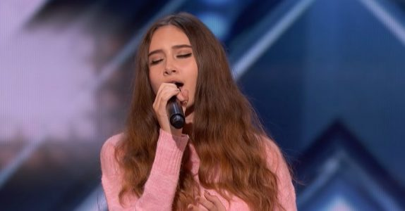 Den 15 år gamle jenta drømmer om å bli popstjerne. Så går hun på scenen og gir ALLE bakoversveis!