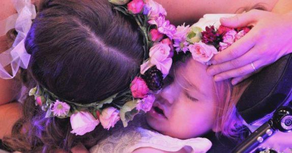 Jentas største ønske var å være blomsterpike i foreldrenes bryllup. Så ble hun syk!